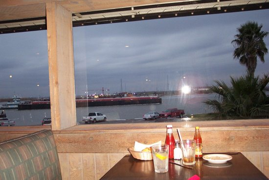 Monument Inn: watch the freighters while you eat