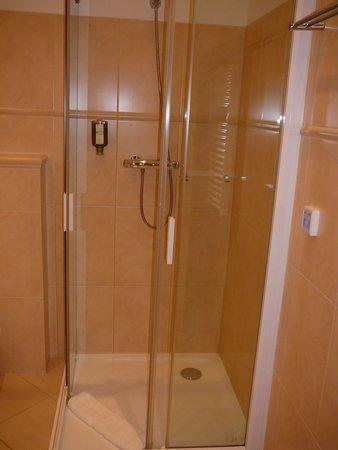 Unitas Hotel: Large shower