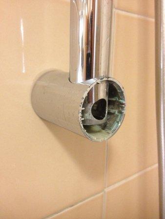 Radisson Blu Hotel, Paris Charles de Gaulle Airport: Problème de finitions dans la salle de bain