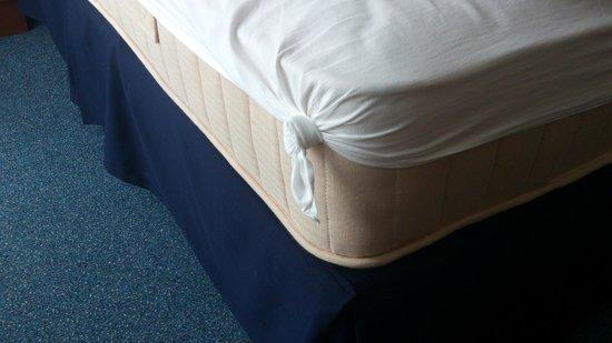 Hotel Marttel: Кровать. Экономия на всём.
