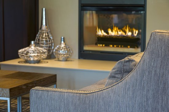 Homewood Suites by Hilton Portsmouth: Lobby Fireplace