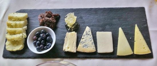 Trius Winery Restaurant: Cheese plate with gluten-free bread blueberries candied pecans and honey cone taster