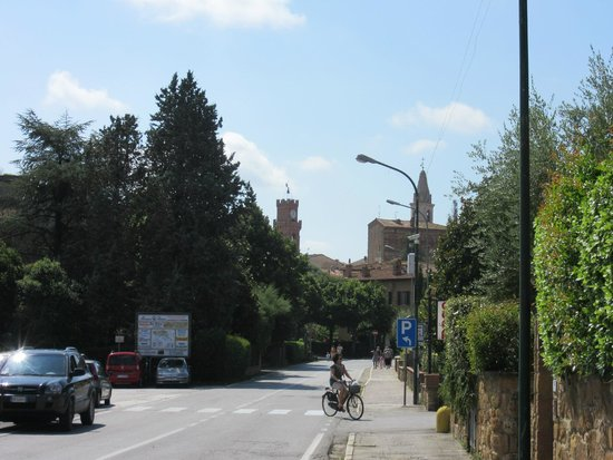 Arca di Pienza: View from the front of the hotel to town (slight telephoto)