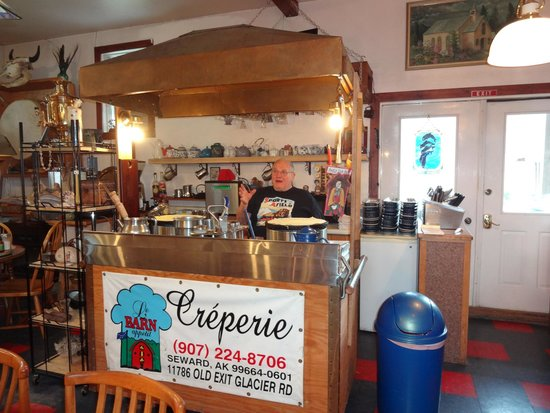 Le Barn Appetit Inn & Creperie: Our cook!