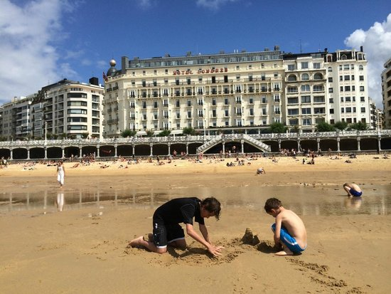 Hotel de Londres y de Inglaterra : View of hotel from beach