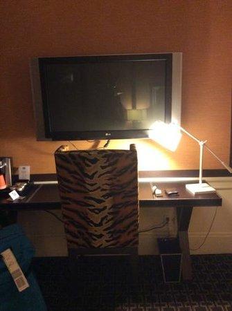 Empire Hotel : desk and tv