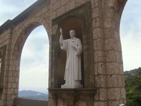 Montserrat Monastery: Вид на окрестности сквозь аркаду
