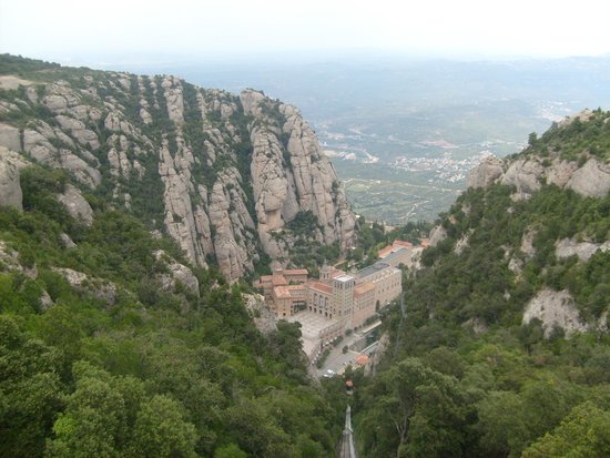 Montserrat Monastery: Вид на монастырь с фуникулера Сент Жоан