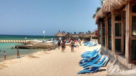 El Cozumeleño Beach Resort: beach is rocky south of pier, sandy to the north