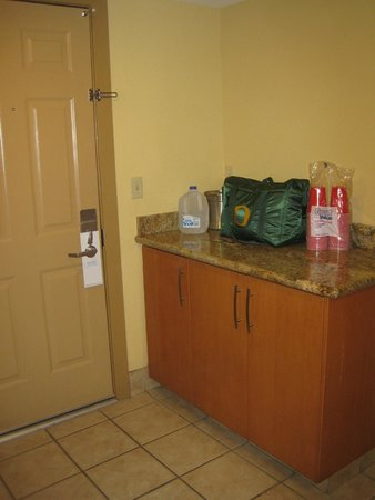 Pointe Hilton Squaw Peak Resort: Part of kitchenette (door to car port)
