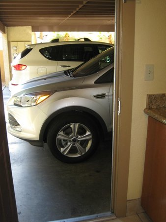 Pointe Hilton Squaw Peak Resort: Car port looking out door from kitchen