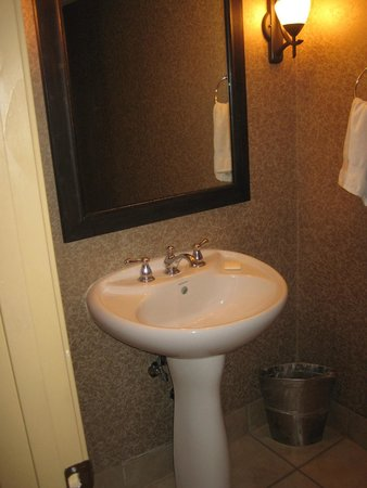 Pointe Hilton Squaw Peak Resort: 1st floor bathroom
