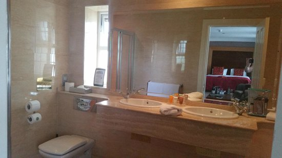 Ballygarry House Hotel & Spa: Lovely Large Bathroom with separate bath and powerful shower.