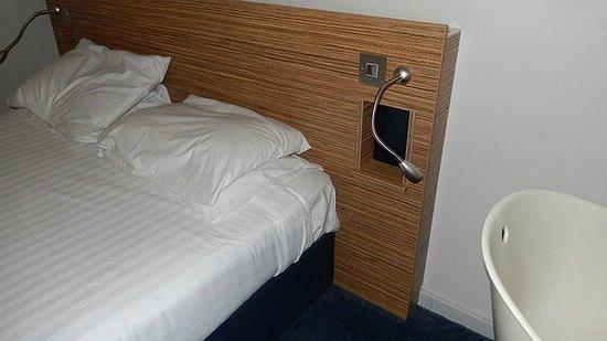 Britannia Edinburgh Hotel: Rustic bed frame….perhaps?