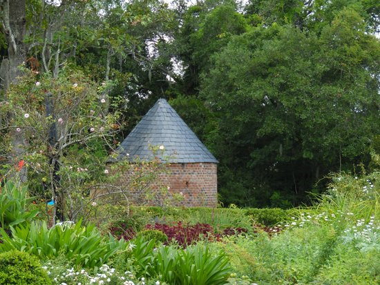 Boone Hall Plantation : The Smokehouse as seen from the Garden