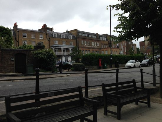 Richmond Hill Hotel : Hotel from other side of road