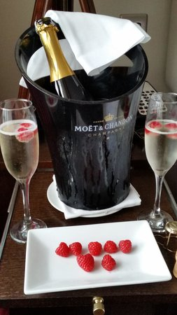 Cliff House Hotel: Good wine and service