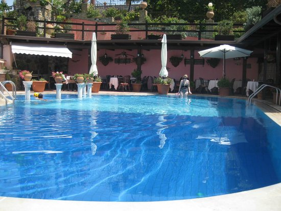 Hotel Villa Sonia: The pool (loungers behind us!)