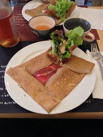 LANN-BIHOUE : Gallette con formaggio di capra e prosciutto e sidro rosé
