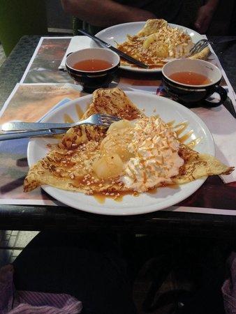 LANN-BIHOUE : Crêpes con pere, caramello al burro salato, scaglie di mandorla e panna montata