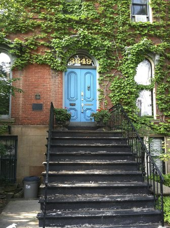 Brownstone Inn Downtown: The welcoming blue door