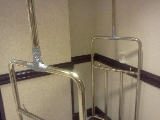 La Quinta Inn & Suites Mt. Laurel - Philadelphia : Duck Taped Luggage Carts