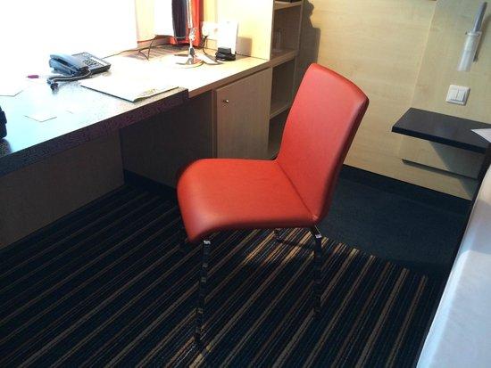 Mercure Hotel Stuttgart City Center: Das laut Website angeblich 'bequeme Sitzmöbel', sonst gab es keine Sitzgelegenheit!