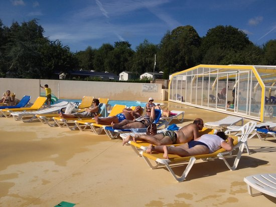 Transats et piscine couverte derri re picture of camping for Camping dordogne piscine couverte
