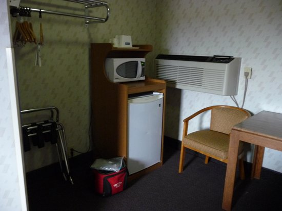 Travelodge Page: Closet and fridge area of room