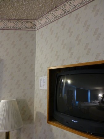 Travelodge Page: Outdated TV, wallpaper and popcorn ceiling