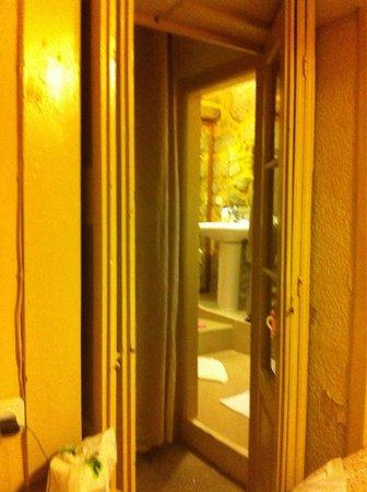 Residencia Pedra Antiga: Camera n.3 - bagno fuori a balcone verandato, senza la porta
