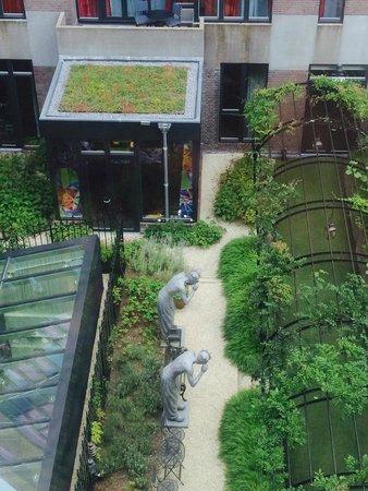 Andaz Amsterdam Prinsengracht: View of garden