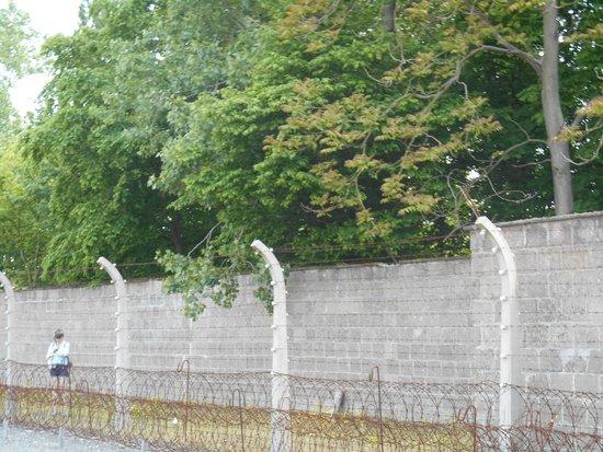 Gedenkstätte und Museum Sachsenhausen: muro y alambrado