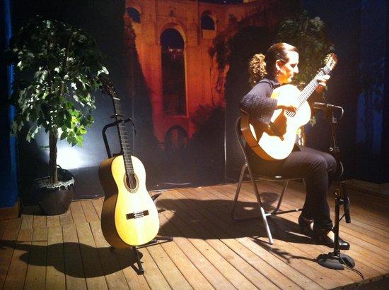 Celia Morales Guitarra Flamenca Tradicional: Célia Morales playing guitar