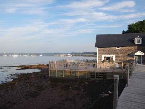 Seaside Beach Resort: View to the west of our cottage on sunny morning