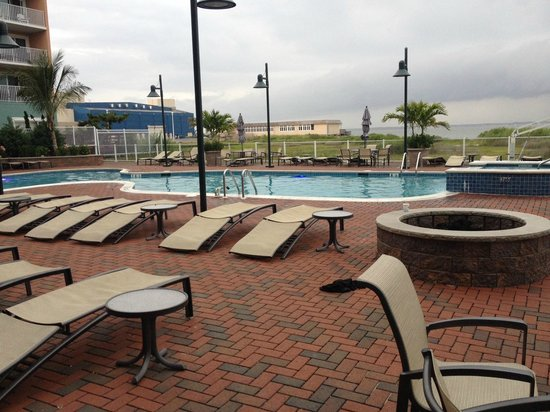 Hampton Inn & Suites Ocean City : Wonderful outdoor pool area near the Tiki bar