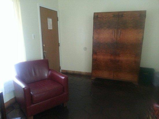 Austin Motel: Tv in cabinet in bright sunny room