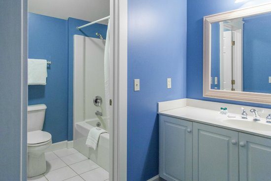Harbour View Inn: Carriage House - Guest room bathroom area