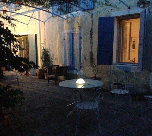 le mas de la menouille : The patio at dusk