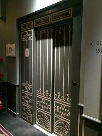 La Maison Favart: Elevator - nice decorations all around
