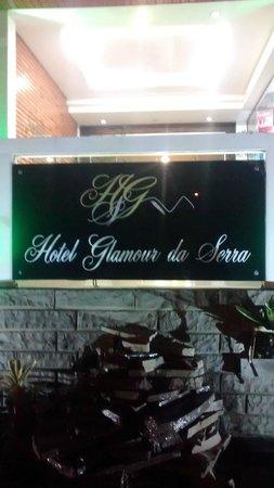 Glamour da Serra : Entrada do hotel proxima a rua principal