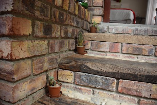 Earthbound B&B : lovely touches lining the stairs