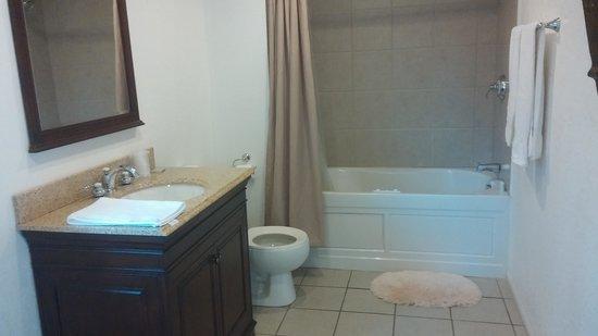 Antlers Inn: Big Bathroom with jacuzzi tub