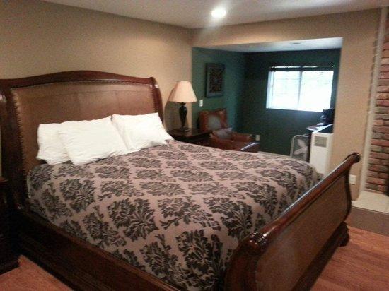 Antlers Inn: King Bed