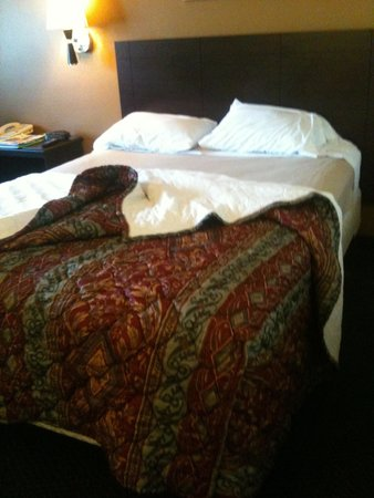 Super 8 Ogden: Old style bed linnen and too soft matelass