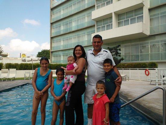 Holiday Inn Express Guadalajara Expo: La familia disfrutando el área de la alberca