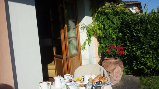 Villa Olmi Firenze : Breakfast in the garden