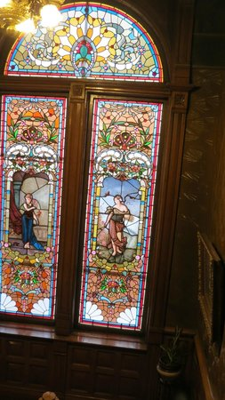 Copper King Mansion: Beautiful stained glass window on the staircase