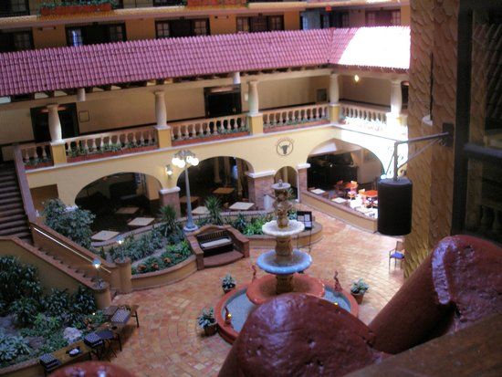 Embassy Suites by Hilton Hotel Kansas City - Plaza : Looking down into center of hotel