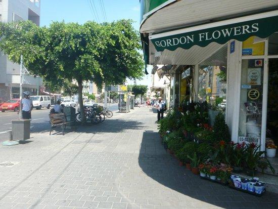 Gordon Inn: Gordnon Inn is next door to a wonderful flower shop!